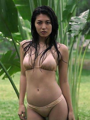 Beautiful gravure idol is incredibly hot in her pink bikini